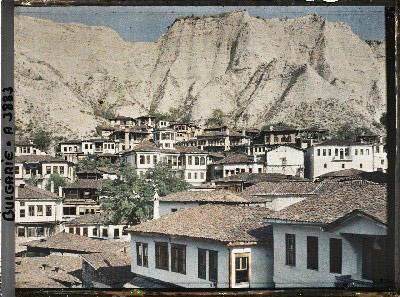 Maisons au pied des falaises de grès dans la partie centrale de la ville. Melnik, Bulgarie, 18 septembre 1913.