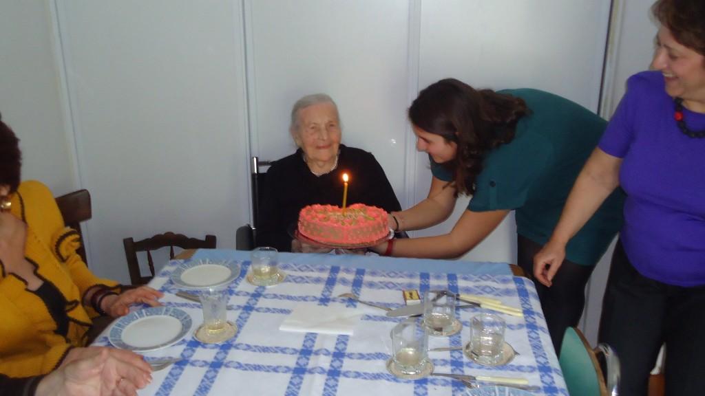 23/3/2012 - Με την εγγονή της Τέσσα, στο σβήσιμο του κεριού.
