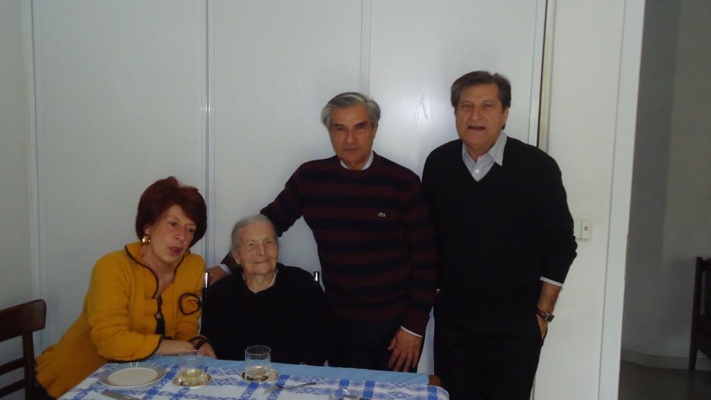 23/3/2012 - Με τους ανηψιούς και βαφτισιμιούς της, Βασίλη και Κώστα.